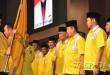 Ketua DPD Partai Golkar Sumut, Ngogesa Sitepu, menyerahkan petaka kepada Ketua DPD Partai Golkar Medan, HM .Syaf Lubis, saat dilantik, Rabu (16/11) malam.