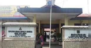 Korban Marina didampingi temannya datangi mako Polsek Medan Sunggal untuk membuat pengaduan karena kaca mobilnya pecah. (WOL. Photo/gacok)