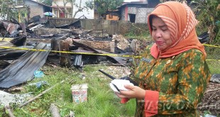 Lurah Sei Sikambing-B Derliana Br Nasution meninjau rumah kontarakan musnah terbakar.(WOL. Photo/gacok)