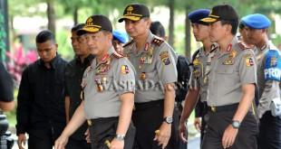 Kapolri Jenderal (Pol) Tito Karnavian (kiri), didampingi Kapolda Sumatera Utara Irjen (Pol) Rycko Amelza Dahniel (tengah), saat melakukan kunjungan kerja ke Mapolda Sumut, Medan, Sabtu (10/12). Kunjungan tersebut dalam rangka memberikan arahan kepada personel kepolisian di jajaran Polda Sumut. (WOL Photo/Ega Ibra)