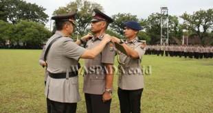 Kapolda Sumut, Irjen Pol Rycko Amelza Dahniel, melantik salah seorang siswa Bintara yang lulus jadi perwira.(WOL Photo)