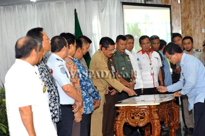 Gubernur Sumatera Utara Tengku Erry Nuradi, saat menyaksikan penandatanganan Komitmen Bersama Penyelenggaraan Pelayanan Publik Bebas dari Pungutan Liar (Pungli) di Provinsi Sumatera Utara, Medan, Selasa (6/12). Penandatanganan tersebut juga diikuti dengan pembentukan tim sapu bersih pungli. (WOL Photo/Ega Ibra)