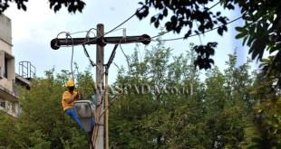Teknisi melakukan perawatan kabel jaringan listrik milik PLN di Medan, Kamis (8/12). Perawatan tersebut untuk memastikan pasokan listrik tidak terganggu akibat kerusakan jaringan listrik. (WOL Photo/Ega Ibra)