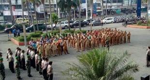 Kapolsek Medan Baru Kompol Ronni Bonic SH SIK MH, memimpin kegiatan apel 3 Pilar Plus dalam penyambut Natal 2016 dan Tahun Baru 2017 di Lapangan Merdeka Medan. (WOL Photo/Gacok)