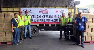 Coca-Cola Amatil Indonesia (CCAI) dan The Coca-Cola Company (TCCC) Indonesia bekerjasama dengan PMI Pidie Jaya distribusikan 9.600 botol Ades untuk korban gempa bumi yang mengguncang Pidie Jaya, Sabtu (10/12) lalu.(foto: ist)