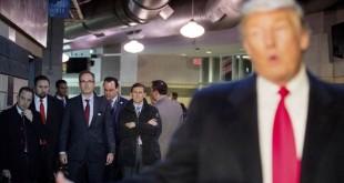 Presiden terpilih AS Donald Trump berdiri di depan calon-calon pejabat dalam kabinetnya. (Foto: AP)