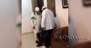 Seorang jurnalis televisi, Imam, diintrogasi oknum anggota FPI berjubah putih di Hotel Saka Medan, Rabu (28/12).(WOL Photo)