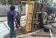 Truk muatan barang bangunan terbalik di Jalan DI Panjaitan simpang Jalan Sei Kerio Medan. (WOL. Photo/gacok)