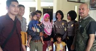 Petugas Polsek Medan Sunggal, diabadikan bersama dengan suami istri dan dua putrinya anak balita WN Myanmar di depan polsek. (WOL Photo/Gacok)