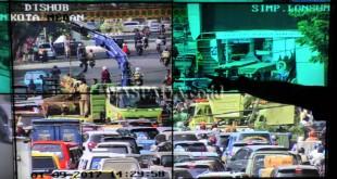 Petugas Area Traffic Control System (ATCS) Medan menunjukan kemacetan yang terjadi akibat tumbangnya pohon Trembesi berusia ratusan tahun di Kawasan lapangan Merdeka Medan, Senin (9/1). Pohon Trembesi tersebut tumbang dan menimpa dua buah mobil serta mengakibatkan beberapa warga terluka. (WOL Photo/Ega Ibra)