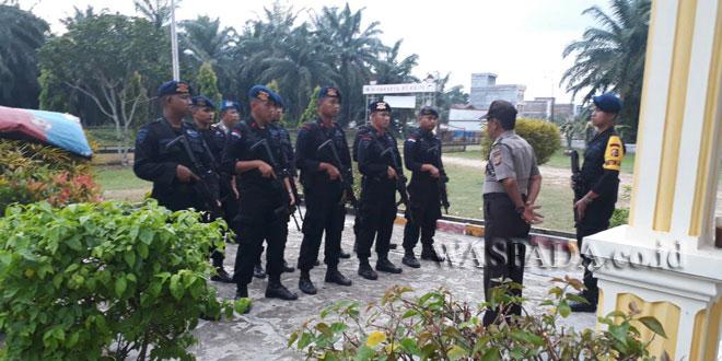 11 personel Brimob BKO saat tiba di Polsek Kecamatan Cot Girek. (WOL Photo/Chairul Sya'ban)