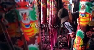 Seorang perajin menyelesaikan pewarnaan hio yang dibuat dari bahan serbuk kayu, Medan, Selasa (17/1). Menjelang perayaan Imlek permintaan terhadap hio terus meningkat untuk kebutuhan sembahyang di Vihara. (WOL Photo/Ega Ibra)