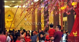 Warga keturunan Tionghoa menggantungkan tulisan berisi harapan di Bunga Mei Hwa di Maha Vihara Maitreya, Medan, Jumat (27/1). Bunga Mei Hwa yang dianggap warga Tionghoa sebagai lambang kegembiraan dan semangat baru dalam menyambut Imlek 2568. (WOL Photo/Ega Ibra)