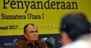 Kepala Kanwil Direktorat Jenderal Pajak (DJP) Sumatera Utara I, Mukhtar menjelaskan tentang penyanderaan (gijzeling) seorang wajib pajak, Medan, Jumat (20/1). Kanwil DJP Sumut I dan KPP Pratama Binjai menyandera seorang pengusaha wajib pajak berinisial JH, yang merupakan pengusaha peternakan ayam karena menunggak pajak sebesar Rp3,615 miliar. (WOL Photo/Ega Ibra)