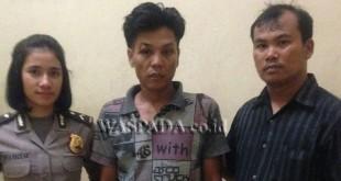 Dua penyidik pembantu Reskrim Polsek Medan Sunggal mengapit tersangka santroni rumah polisi.(WOL. Photo/gacok)