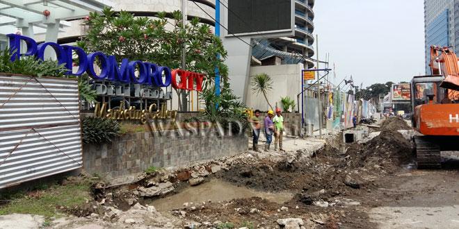 Pekerja tengah membangun drainase Podomoro City Deli di Jalan Putri Hijau Medan (WOL Photo/M. Rizki)