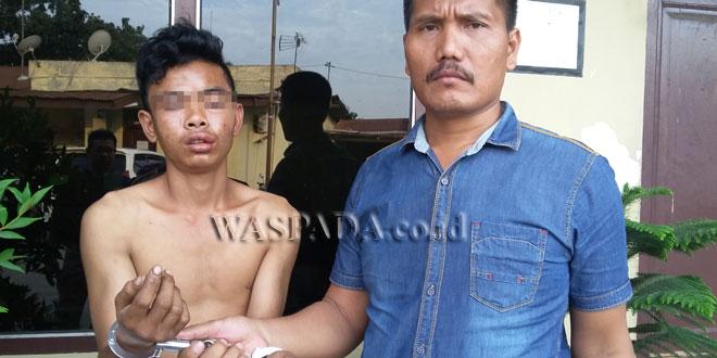 Panit II Reskrim Polsek Medan Sunggal sedang membawa tersangka buronan kasus pencurian yang dibekuk dari tempat persembunyiannya ke komando Polsek tersebut untuk menjalani pemeriksaan. (WOL. Photo/gacok)