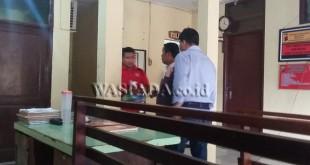 Petugas sedang menggiring tersangka begal memakai baju warna merah.(WOL. Photo/gacok)