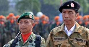 Presiden Jokowi dan TNI. (Foto: AFP)