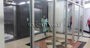 Sekat kaca berbahan almunium dan kaca di lantai 2 gedung DPRD Medan yang pengerjaannya tertunda, Kamis (5/1). (WOL Photo/Rizki jenggot)
