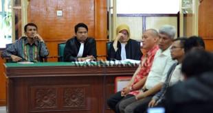 Mantan Gubernur Sumatera Utara yang yang menjadi terdakwa kasus dugaan suap, Gatot Pujo Nugroho (kiri) mengikuti sidang dengan agenda mendengarkan keterangan saksi di Pengadilan Tipikor Medan, Kamis (19/1). Sidang kasus dugaan suap yang melibatkan pimpinan beserta sejumlah anggota DPRD Sumut tersebut terkait persetujuan laporan pertanggungjawaban Pemerintah Provinsi Sumatera Utara tahun anggaran 2012, persetujuan perubahan APBD 2013 dan pengesahan APBD 2014 senilai Rp.61 miliar. (WOL Photo/Ega Ibra)