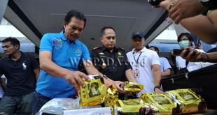 Deputi Bidang Pemberantasan Badan Narkotika Nasional (BNN) Irjen Pol Arman Depari, menunjukan barang bukti diduga narkoba saat gelar kasus peredaran narkoba jaringan internasional, Medan, Sabtu (14/1). Tim gabungan BNN, Kantor Pusat DJBC dan Bea Cukai Sumatera Utara berhasil menggagalkan peredaran 10 kg narkoba diduga shabu-shabu asal Malaysia berikut para tersangkanya yang empat orang diantaranya merupakan narapidana yang sedang menjalani masa tahanan di Lapas Tanjung Gusta Medan. (WOL Photo/Ega Ibra)