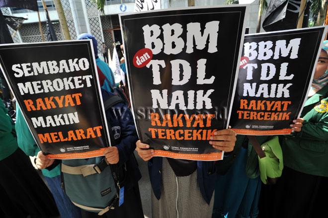 Sejumlah mahasiswa yang tergabung dalam Gema Pembebasan Sumatera Utara, berunjukrasa di Gedung DPRD Sumut, Medan, Kamis (12/1). Dalam aksinya massa mengkritik kebijakan pemerintah yang dianggap tidak pro terhadap rakyat kecil dengan menaikan harga BBM non subsidi dan tarif pengurusan pajak kendaraan bermotor serta melonjaknya harga kebutuhan pokok secara bersamaan di awal tahun 2017. (WOL Photo/Ega Ibra)