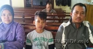 Korban Mohammad Fikri  Maulana alias Fiktri (11) pelajar  kelas VI SD yang kena begal didampingi orangtuanya di ruang tunggu SPKT Polsek Medan Sunggal. (WOL. Photo/gacok)