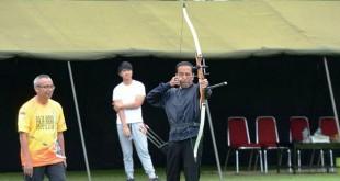 Presiden Jokowi menjadi peserta kejuaraan panah di Bogor