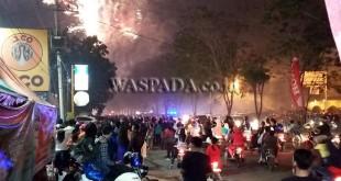 Ribuan warga menyaksikan pesta kembang api menyambut pergantian tahun. (WOL Photo/gacok)