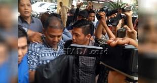 Siwaji Raja saat hendak digelandang dari Gedung Ditreskrimum Polda Sumut ke Polrestabes Medan. (WOL Photo)
