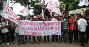 Ratusan orang berbagai elemen mahasiswa dan ormas diduga bayaran berunjukrasa di Mapolda Sumut terkait sengketa lahan PT Sianjur Resort.(WOL Photo)