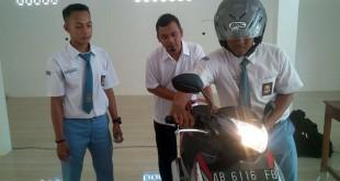 Siswa SMK di Gunungkidul ciptakan alat pengaman sepeda motor dari pengguna yang tidak membawa SIM dan STNK (Foto: Markus Yuwono/Sindo Trijaya)
