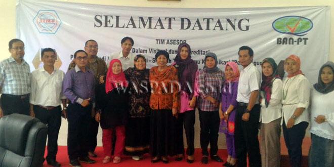 Tim akreditasi diabadikan bersama asesor BAN PT sesaat proses visitasi di aula kampus STIK-P Medan, November lalu. (WOL Photo)