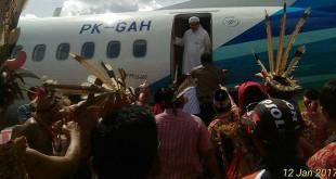 Zulkarnain dihadang di depan pintu pesawat. (Foto: BorneoRainforest)