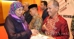 CEO Waspada Online, Hj Ida Tumengkol, menyerahkan piagam kepada salah seorang penulis penerima penghargaan Harian Waspada di Hotel Aryaduta Medan, Sabtu (21/1) malam.(WOL Photo)