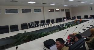Kondisi rapat anggota DPRD Medan yang tergabung di pansus Ranperda Dinsosnaker di ruang banggar gedung DPRD Medan, tampak rapat minim kehadiran anggota dewan.(WOL Photo/muhammad rizki)
