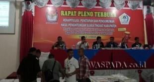 Panitia Pemilihan Kecamatan (PPK) menunjukkan hasil pleno tingkat kecamatan Kepada KIP Aceh Utara. (WOL Photo/Chairul Sya'ban)