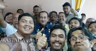 Sekwan DPRD Medan, Abdul Aziz selfie bersama belasan wartawan unit DPRD Medan, saat menggelar acara silaturahim, Selasa (21/2). WOL Photo