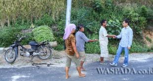 Foto: JR Saragih berdialog dan terjun langsung melihat kondisi jalan yang akan dibenahi di Kecamatan Tanah Jawa, Kabupaten Simalungun, belum lama ini.