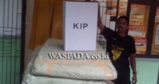 Kotak suara tiba di Sekretariat Panitia Pemilihan Kecamatan Cot Girek. (WOL Photo/Chairul Sya'ban)