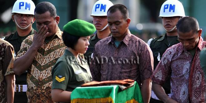 Sejumlah prajurit TNI yang dipecat dihadirkan pada upacara pemberhentian tidak dengan hormat (PTDH), di Medan, Jumat (17/2). Sebanyak 21 prajurit TNI Kodam I/Bukit Barisan dipecat, diantaranya terlibat narkoba dan desersi. (WOL Photo/Ega Ibra)