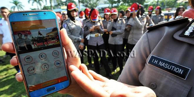 Polwan menunjukan aplikasi Polisi Kita Sumatera Utara saat peluncuran, Medan, Minggu (5/2). Peluncuran aplikasi berbasis android untuk memudahkan masyarakat melaporkan ketika terjadi tindak kejahatan. (WOL Photo/Ega Ibra)