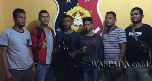 Petugas Reskrim Polsek Medan Helvetia mengapit tersangka buronan 2016 kasus pencurian sepeda motor. (WOL. Photo/gacok)