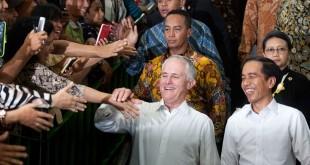 Presiden RI Joko Widodo dan PM Australia Malcolm Turnbull saat blusukan ke Pasar Tanah Abang, 12 November 2015. (Foto: Antara/Muhammad Adimaja)