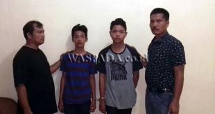 Panit II Reskrim Polsek Medan Sunggal IPTU Martua Manik SH MH (kanan), didampingi personelnya sedang mengintrogasi tersangka ABG terkait kasus perampokan terhadap korbanya. (WOL Photo/Gacok)