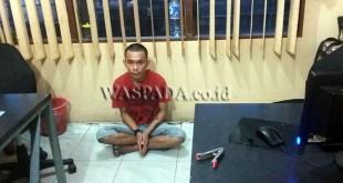 Tersangka diduga terlibat kasus pencurian televisi dibawa ke Polsek Medan Baru. (WOL Photo/Gacok)