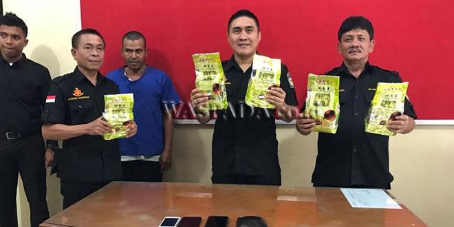 Personil Ditres Narkoba Poldasu menunjukkan barang bukti sabu seberat 6 Kg.(WOL Photo)