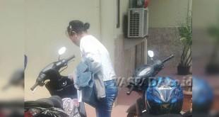 Netty Herawati (40) penduduk Desa Bingai, Kecamatan Wampu, Kabupaten Langkat hendak pulang ketika usai membuat pengaduan di SPKT Polsek Medan Sunggal. (WOL. Photo/gacok)