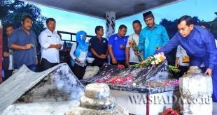 Bupati Simalungun JR Saragih bersama Wakil Bupati Simalungun Amran Sinaga beserta para kadis Kabupaten Simalungun mengunjungi makam raja di Tanah Jawa, Kamis (23/2). (WOL Photo)